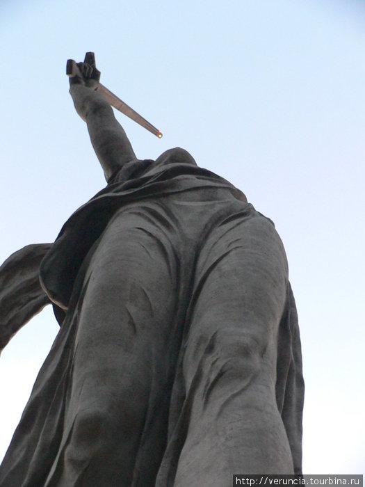 Если смотреть снизу вверх, создается впечатление, что меч направлен в грудь