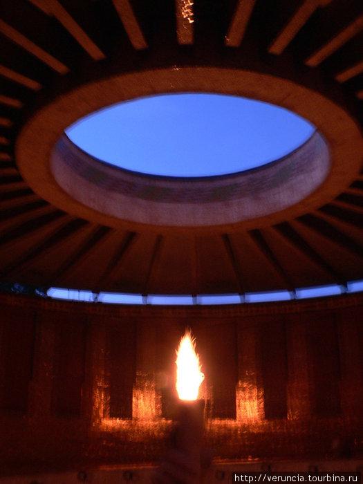 Почетный караул рядом с огнем выставлен и днем, и ночью.