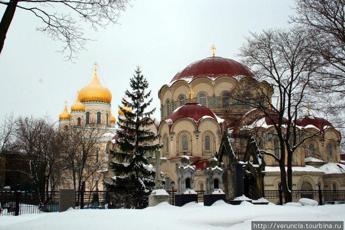 Вид на Казанский и Воскресенский соборы из некрополя.