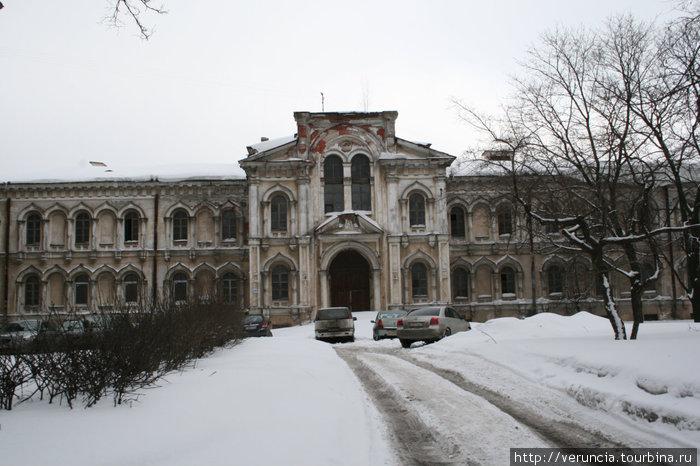 Бывшие монастырские постройки рядом с садом.