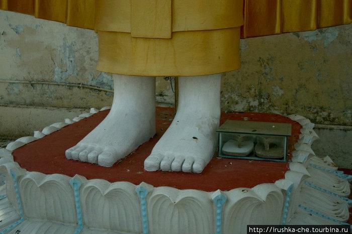Будда и его деревянные сланцы.