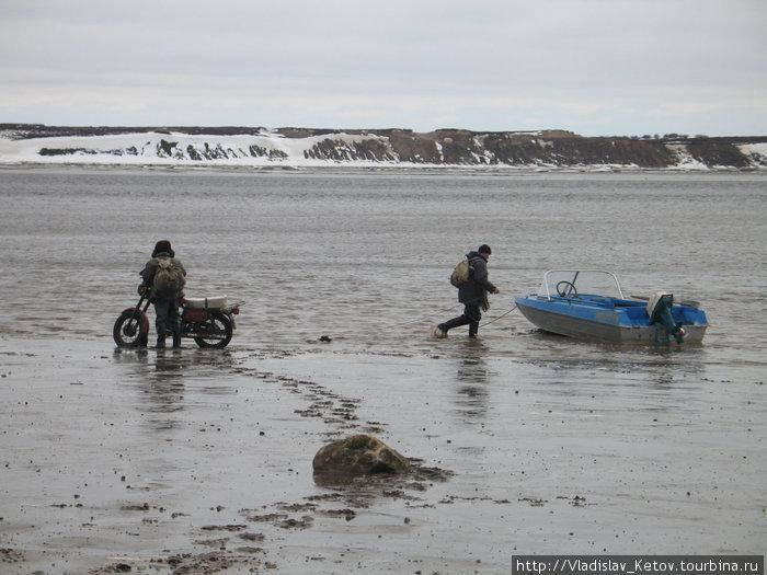 На лодке — по морю, на мотоцикле — по няше.
