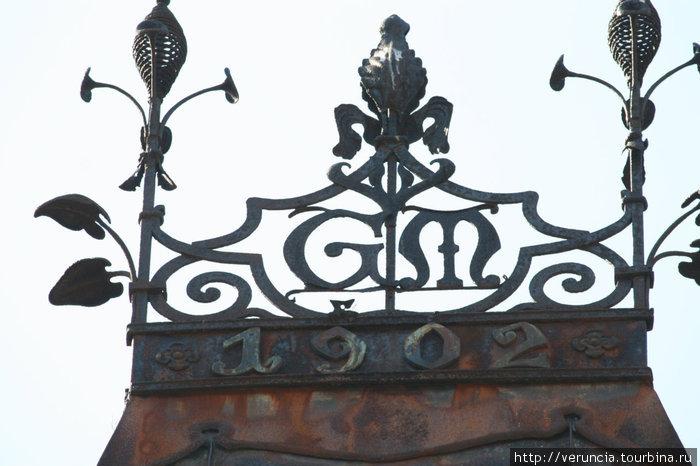 Шпиль на даче Месмахера с годом постройки и фамильным вензелем.