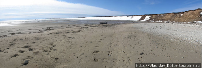 Во время отлива вода уходит, на десятки метров обнажая песчаный берег.