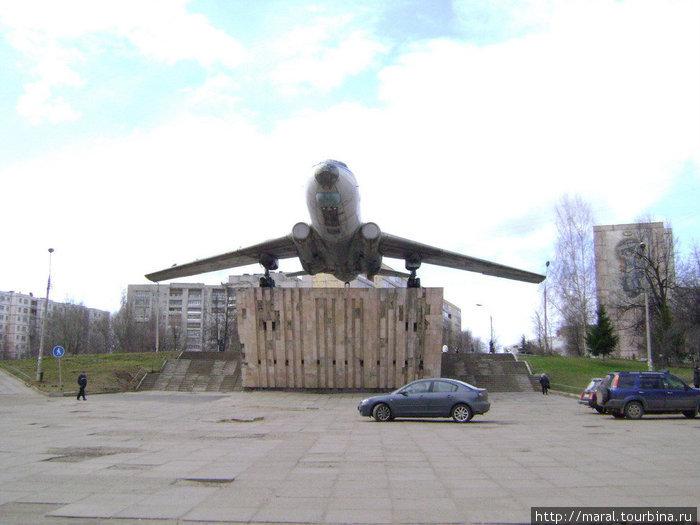 Теперь отмытый дочиста самолёт стоит в блеске славы