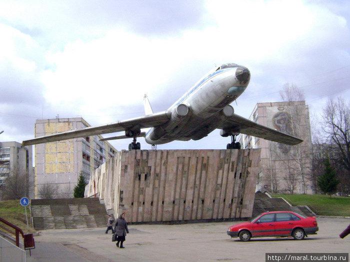 Место для установки самолёта было выбрано со смыслом – улица Моторостроителей в крупнейшем городском микрорайоне Скоморохова Гора