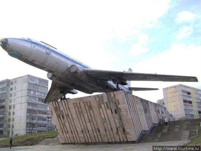 С декабря 1958 г. сходившие с заводского конвейера Ту-104 получали регистрационный номер, начинающийся на цифру 42. Новая нумерация самолетов началась с номера 42357