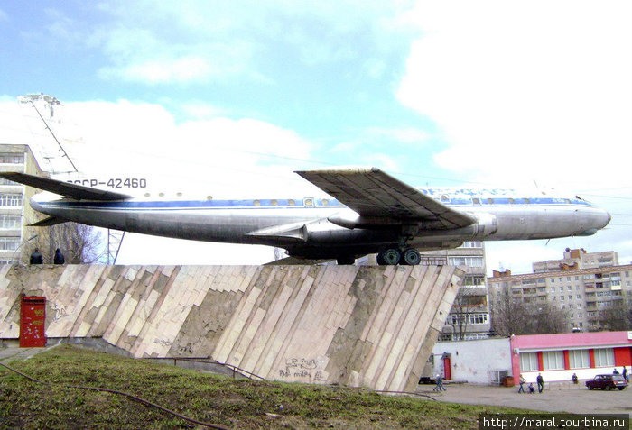 Огромную машину длиной 38,85 м и размахом крыла 34,54 м привезли в Рыбинск по Волге на барже. Потребовалась мощная подъёмная техника, чтобы водрузить махину массой свыше 43,3 тонн на постамент