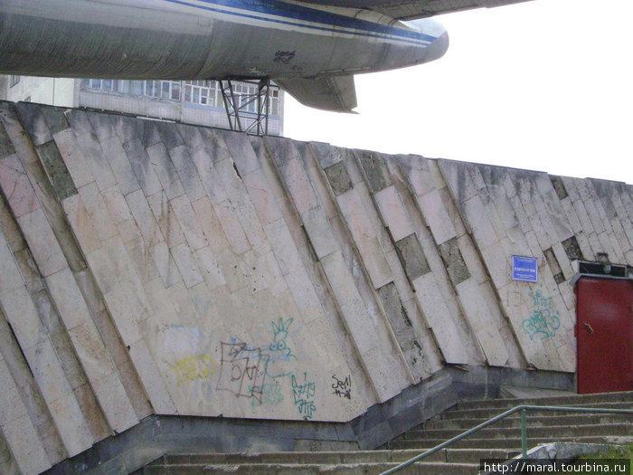 Постамент, на котором установлен самолет, это функционирующее спортивное сооружение – здание детской школы бокса «Ринг» СДЮШОР № 8