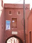 Здесь раньше был Храм Огня (здание было огромным с куполами), потом стала мечеть
