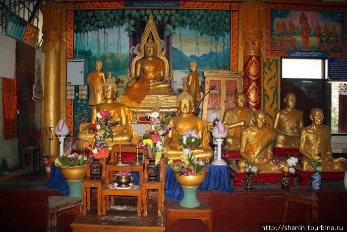 Будды в храме