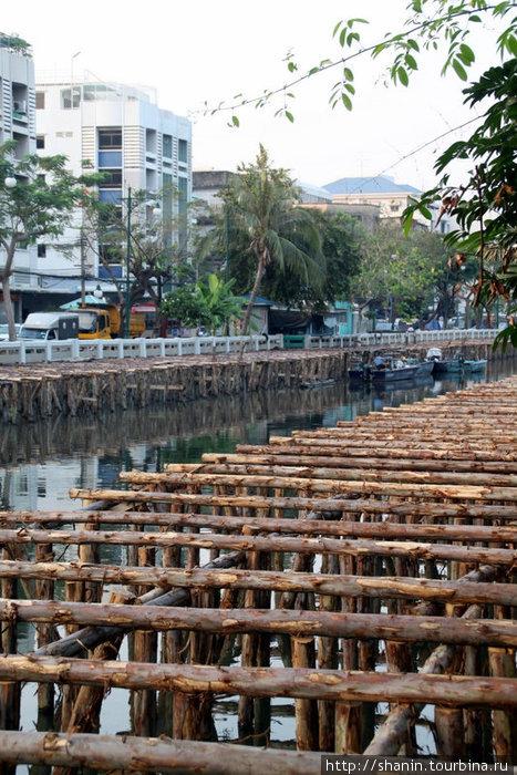 На канале у железнодорожного вокзала в Бангкоке