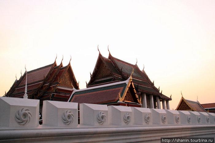 Вечер в центре Бангкока. Крыша храма Изумрудного Будды