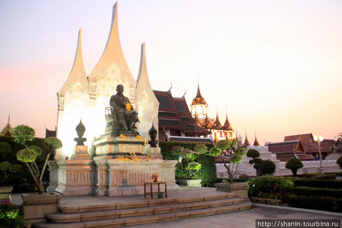 Статуя тайского короля