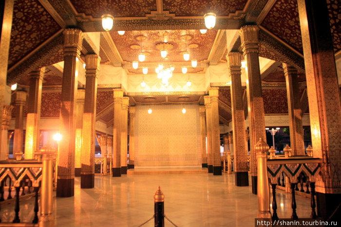 Ночью в пустом храме