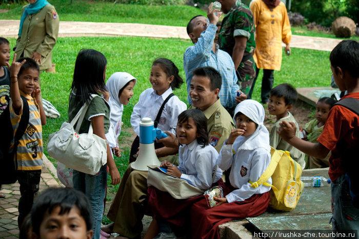 Индонезийские школьники с учителем.