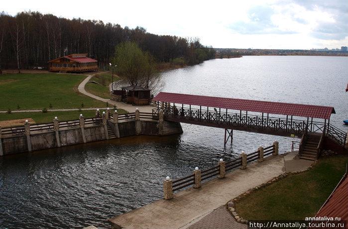 Вид с нашего балкона на протоку и озеро