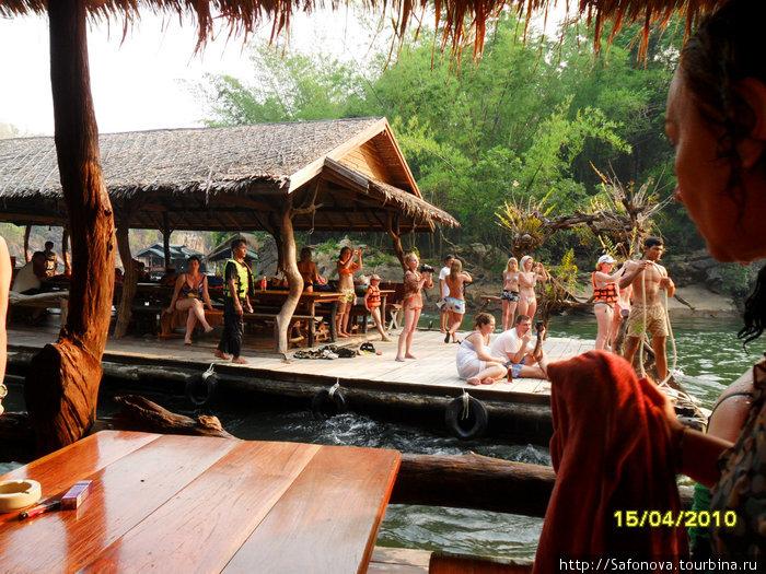 Река Квай. Сплав по реке в жилетах.Водопады