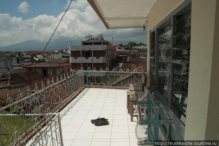 Терраса с видом на вулкан. Правда в этот день было пасмуроно, поэтому не смогла сфотографировать вид.