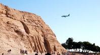 В Абу-Симбел  можно попасть по дороге, воде (реке Нил) и даже на самолете (есть маленький аэродром).