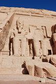 У одной статуи не хватает головы — она была отломана во время землетрясения. Высота статуй — 20 м, от одного уха до другого — 4 м. У ног Рамсеса II — скульптуры членов его многочисленной семьи.