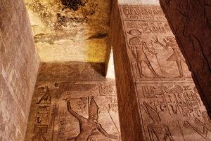 В последний маленький зал входил лишь сам фараон со свитой. Там установлены четыре скульптуры, как и у входа в храм.