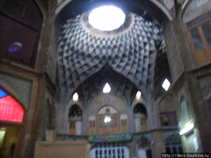 Центральный купол базара около большого магазина ковров