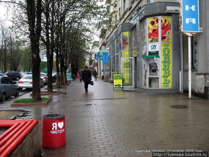 Улица Демехина. Обращаем внимание на урну.Окрашена красным цветом, а на боку надпись белым: