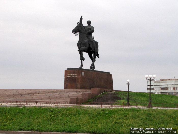В памятнике К. Е. Ворошилову скульптор А. Посядо и архитектор А.Душкин воплотили не только свое видение героической личности, но и время, характерные черты поколения.