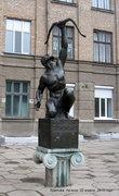 В сквере перед школой — памятник Атлету со змеей. Я, правда, не знаю, по какому случаю памятник, а насчет змей — так, говорят, что их в Луганске много.