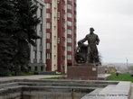Рядом с зданием властей и фонтаном, к 200-летию Луганска был поставлен памятник