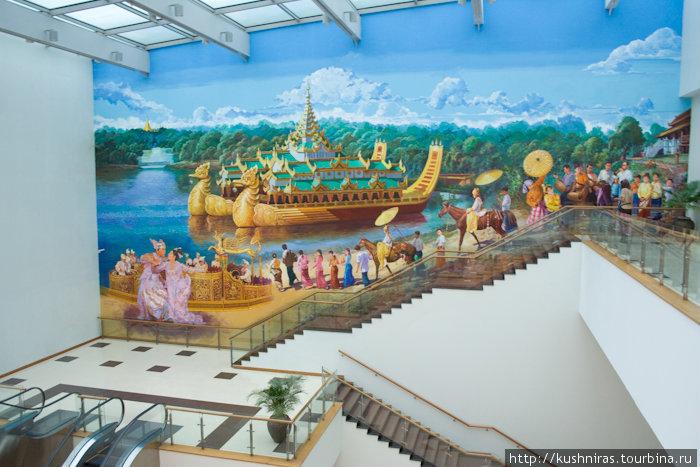 Панно между этажами. Международный аэропорт Янгона