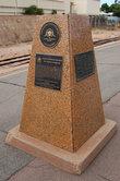 Памятный монумент на платформе вокзала