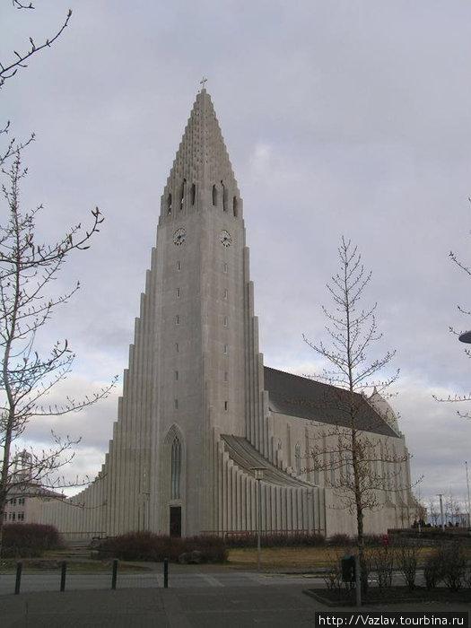 Здание церкви; не правда ли, верхушка напоминает рыцарский шлем?