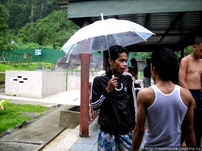Весь день лил дождь, но здесь везде крыши, а в самих ваннах вода горячая, так что заболеть шансов мало.