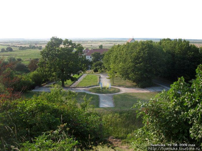 Подковой вокруг замка Олеско раскинулся парк.