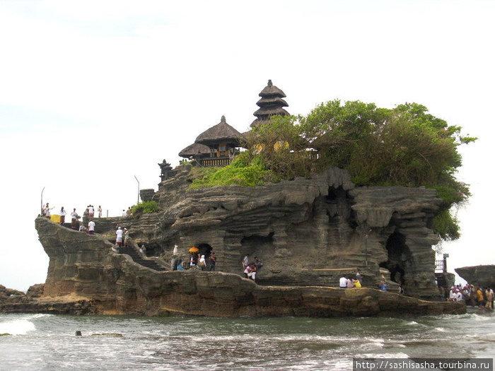 Танах Лот — самый известный храм на Бали.