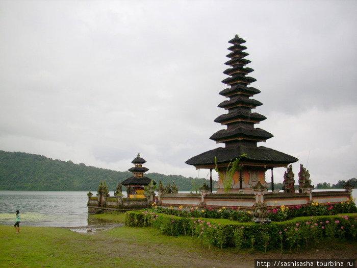 Улун Дану — храм на озере в горной части Бали.