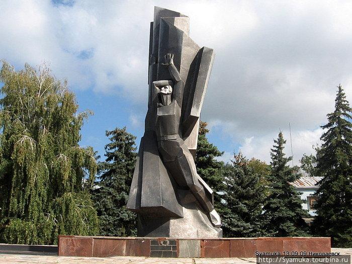 Памятник перед ДК.