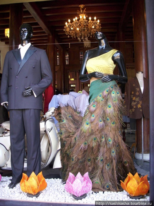 Здесь даже можно купить юбку из павлиньих перьев.