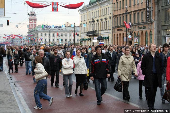 Толпа идёт на парад.