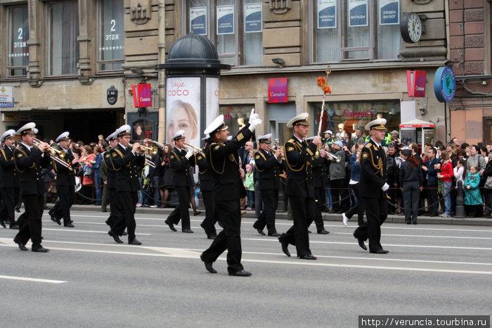 Праздничное шествие на Невском.