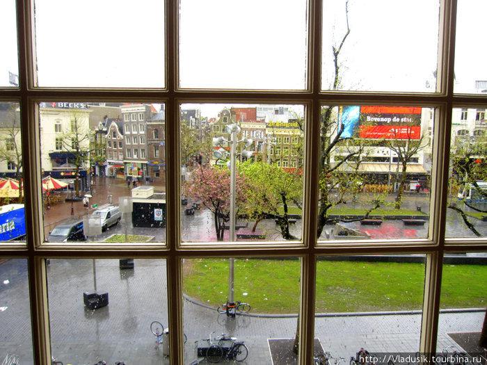 А из нашего окна площадь Рембрандта видна :)