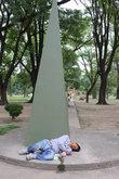 Чей-то сын под монументом Матери и ребёнка
