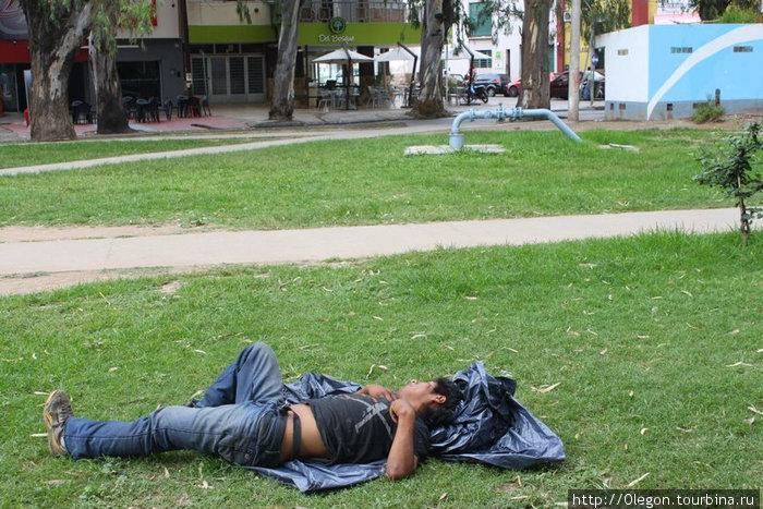 Сиеста- это у аргентинцев святое, днём все офисы и многие магазины закрываются на трёхчасовой обед- всем надо поспать после дневной еды Сальта, Аргентина