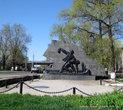 Рядом с ДК — Памятник железнодорожникам, погибшим в Великой Отечественной войне 1941 — 1945 годов.
