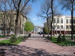 Мы отдыхать не стали, а пересекли улицу Свердлова и вышли на первую улицу старого города — Английскую, теперь — улицу Даля.