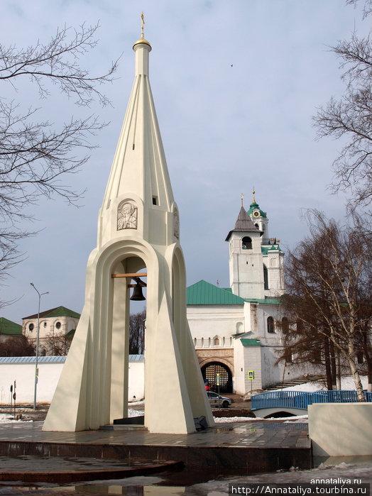 Часовня Казанской Богоматери и Спасо-Преображенский монастырь. Кстати, примерно такой ракурс можно видеть на тысячерублевой купюре.