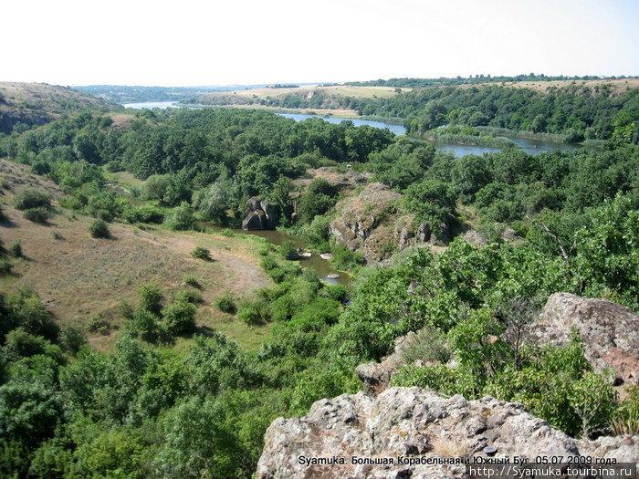 Между двумя реками — изогнутым шаршавым языком вытянулся скальный хребет. Он является правым берегом Б. Корабельной и, через долину, левым берегом Южного Буга.