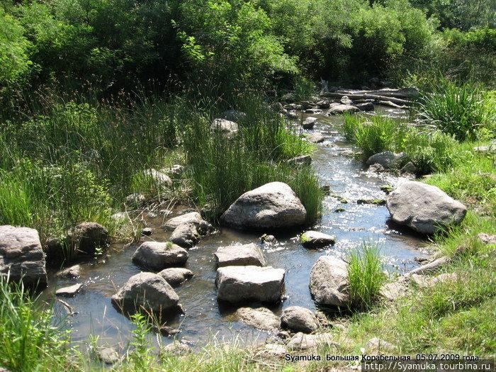 Иногда река появлялась, забавлялась, играла с камушками, создавала вместе с ними живописные картинки. В таких местах она давала себя перейти или даже перешагнуть.